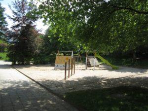 Die Spiellandschaft im Außenbereich des Kindergartens